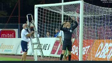 Naprawiana siatka w meczu Borac Banja Luka - CFR Cluj