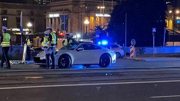 Śmiertelny Wypadek w centrum Warszawy, noc z 17 na 18 lipca 2021 r. Na ul. Marszałkowskiej kierowca rozpędzonego porsche potrącił i zabił na miejscu pieszego poruszającego się o kulach.