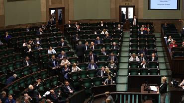 Pierwsza prezes Sądu Najwyższego przemawia podczas 46. posiedzenia Sejmu VIII Kadencji (pierwsze czytanie pisowskiej ustawy ograniczającej niezależność SN). Warszawa, 18 lipca 2017