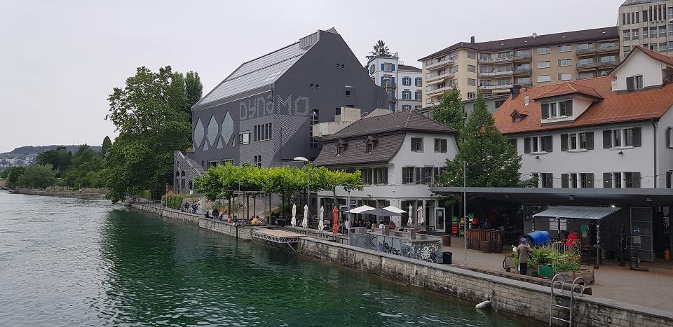 Rzeka Limmat w centrum Zurychu