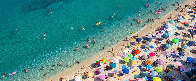 Zaszczepieni pojadą na wakacje mimo fali koronawirusa? Wyjaśnia rzecznik MZ