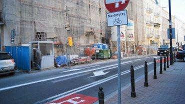 Nowe oznakowanie na Wiejskiej. Znak zakazu wjazdu nie dotyczy rowerzystów