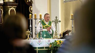 Ks. Roman Kneblewski podczas mszy