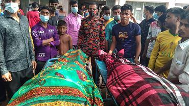 Ludzie zgromadzeni przy ciałach ofiar środowego uderzenia pioruna
