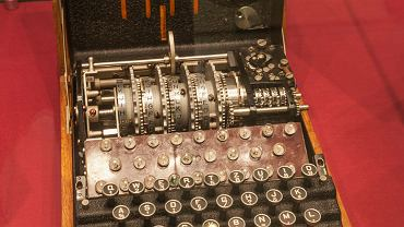 Pierwsza wersja Enigmy, która powstała pod koniec pierwszej wojny światowej, przypominała wielką kasę sklepową i ważyła 50 kg. Z czasem waga urządzenia spadła do 12 kg.