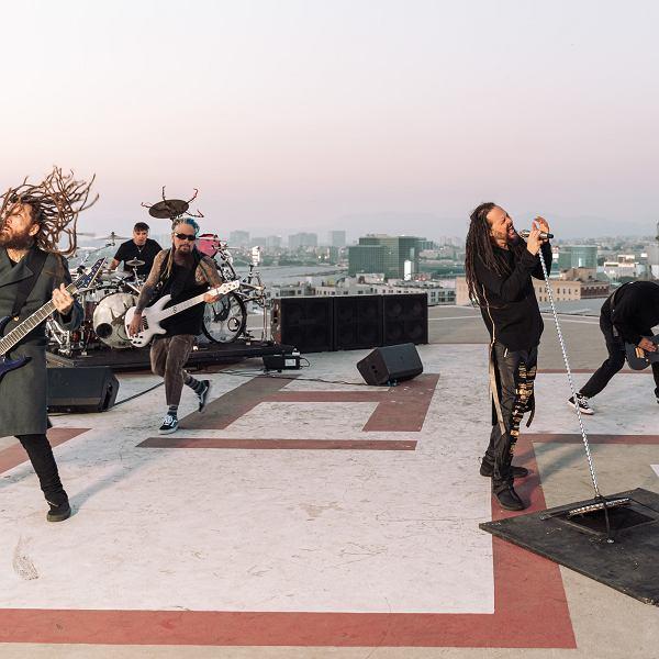 Zespół Korn na planie zdjęciowym teledysku