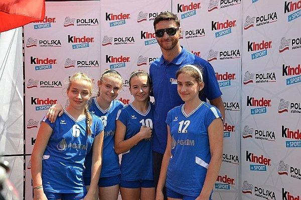 Uczestnicy Kinder+Sport z byłym kapitanem reprezentacji Polski Piotrem Gruszką