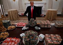 Biały Dom 'na bogato'. Trump wita sportowców... fast foodem