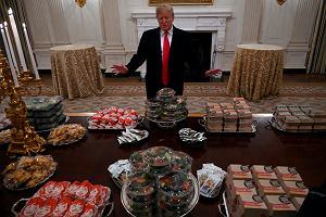 Donald Trump przyjmuje gości na bogato. Prezydent USA przywitał sportowców... fast foodem