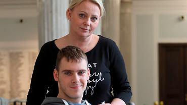 Liderka protestu rodziców dzieci niepełnosprawnych Iwona Hartwich z synem Kubą. Warszawa, Sejm, 26 kwietnia 2018