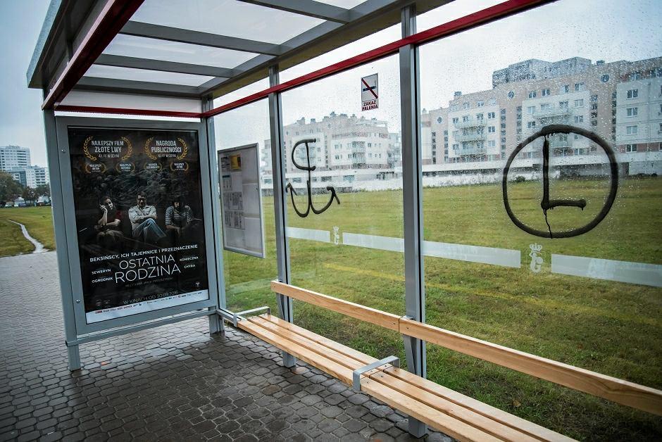 Przystanek autobusowy z namazanym symbolem Polski Walczącej i Legii