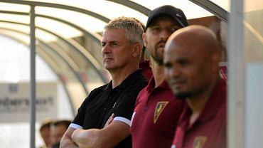 Edi u boku trenera Dariusza Wdowczyka