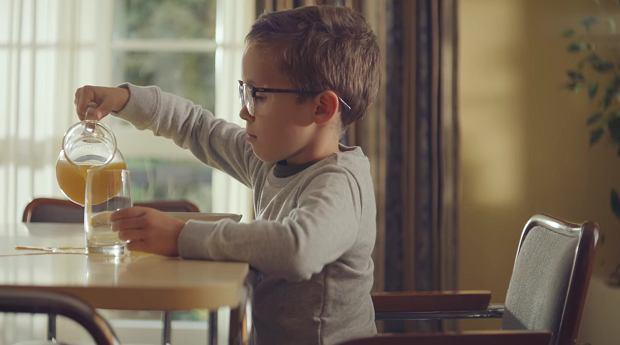 Chłopiec nie rezygnuje z noszenia za dużych i źle dopasowanych okularów
