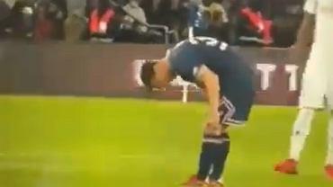 Leo Messi trzyma się za udo w meczu PSG - Lyon
