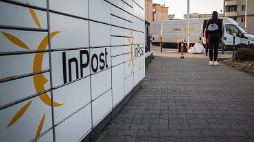 Paczkomat firmy inPost przy ul. Światowida w Warszawie