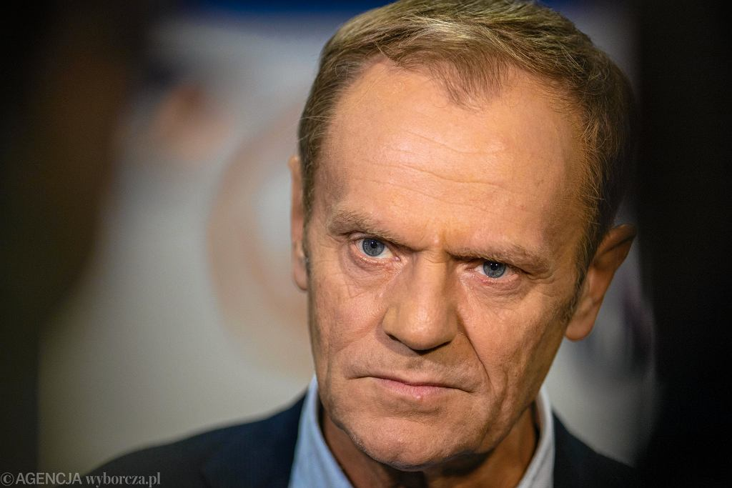 Donald Tusk wystawił na WOŚP swoją książkę z podpisami przedstawicieli opozycji