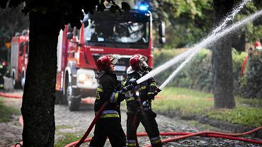 Strażacy podczas gaszenia pożaru