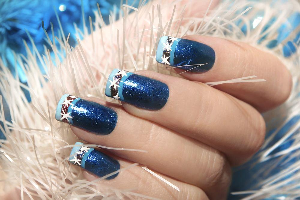 Niebieskie paznokcie na sylwestra. Zdjęcie ilustracyjne