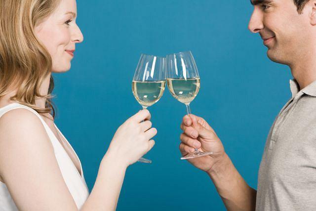 Małżeństwo zwiększa spożycie alkoholu w przypadku pań, natomiast zmniejsza je w przypadku panów - donoszą naukowcy