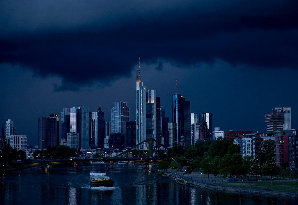 Niemcy. PKB w 2020 r. skurczył się o 5 proc. Winna pandemia koronawirusa. Na zdjęciu statek towarowy na Menie, w tle budynki centrum finansowego we Frankfurcie.