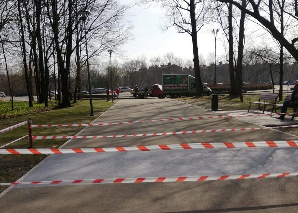 Zdjęcie numer 2 w galerii - Wandal zniszczył alejki w parku Zielona.