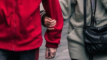 Para była ze sobą 64 lata. Zmarli tego samego dnia, trzymając się za ręce