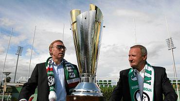 Zbigniew Drzymałą (z lewej)  fetuje zdobycie przez Groclin Dyskobolię Grodzisk Wielkopolski Pucharu Polski i Pucharu Ligi Polskiej w 2007 r.