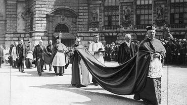 12 września 1933 r. Kardynał August Hlond na czele orszaku dostojników w trakcie uroczystości na Heldenplatzu w stolicy Austrii zorganizowanych z okazji 250. rocznicy odsieczy wiedeńskiej i Dnia Katolickiego w Wiedniu