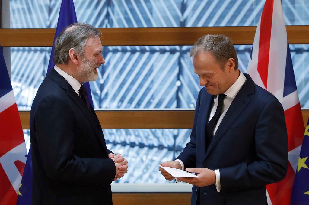 Tim Barrow reprezentujący brytyjski rząd wręcza Donaldowi Tuskowi list od Theresy May z zawiadomieniem o zamiarze wyjścia Wielkiej Brytanii z UE.