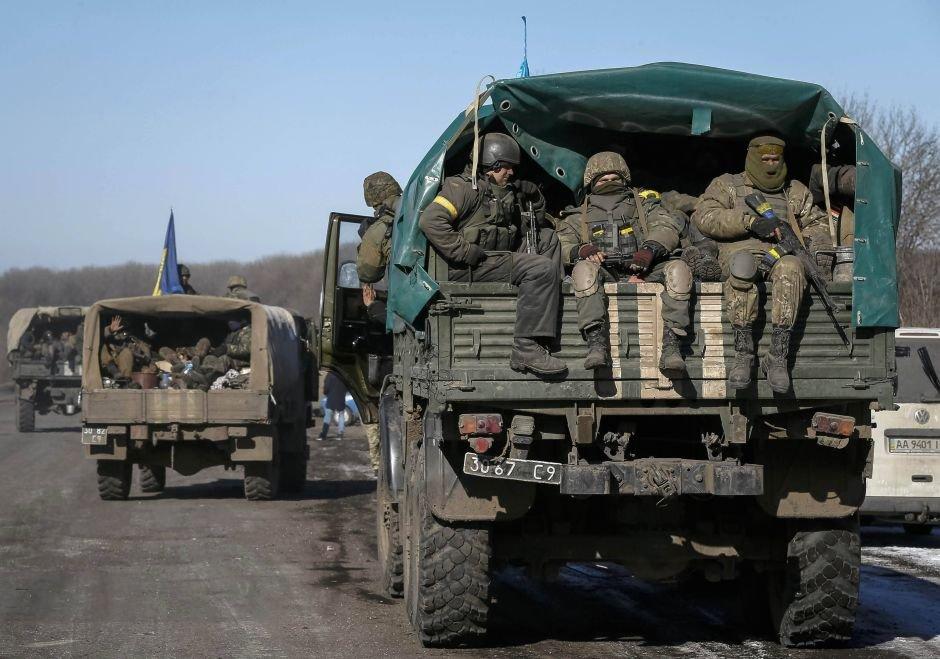 Żołnierze ukraińscy opuszczają rejon miasta Debalcewe
