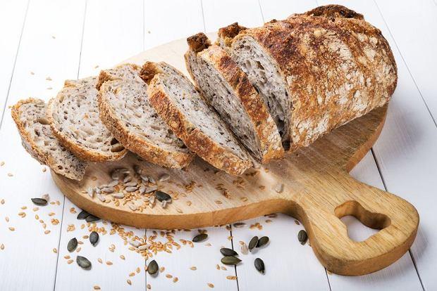 Chleb wielkanocny ze świeżymi ziołami