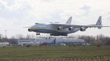 Pandemia koronawirusa. Największy na świecie transportowy samolot Antonow An-225 Mrija z ładunkiem masek, kombinezonów, płynów odkażających etc - ląduje na Okęciu w Warszawie, 14kwietnia 2020
