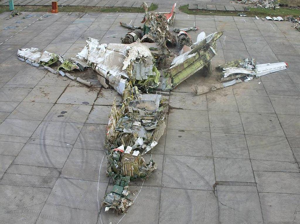 Wrak prezydenckiego Tu-154 - części zebrane z miejsca katastrofy i ułożone na płycie lotniska w trakcie dochodzenia.