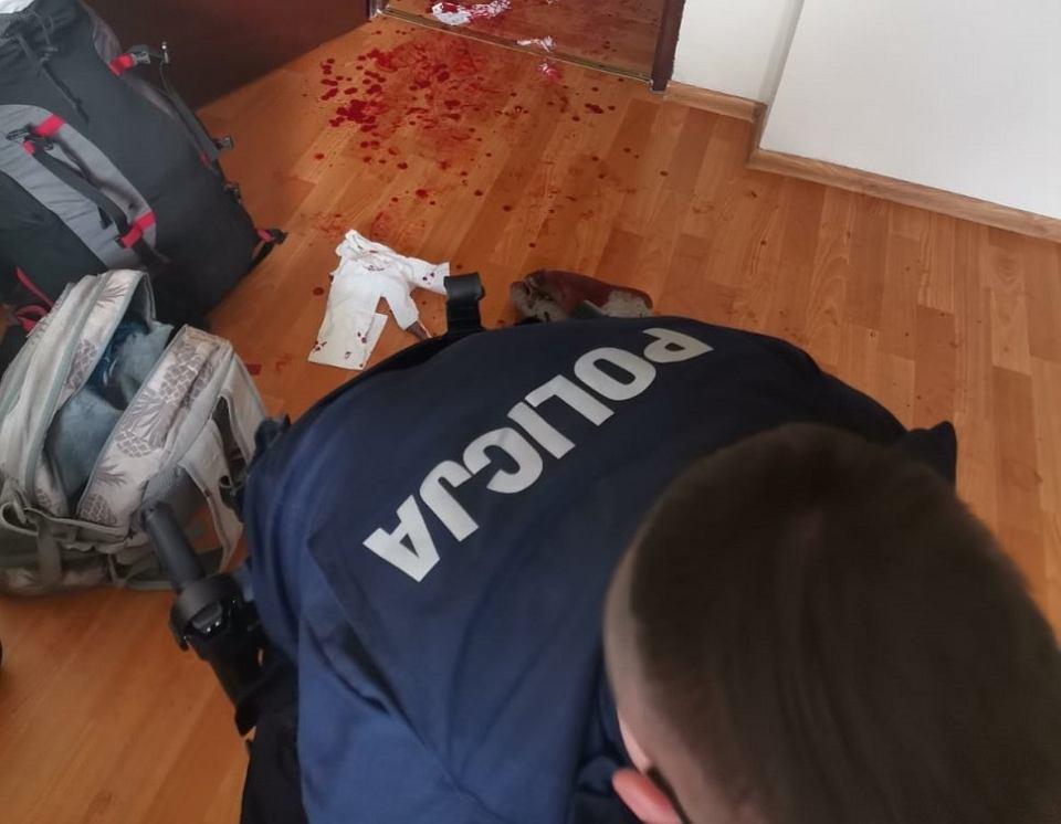 Policjanci opatrują rannego 21-latka z Katowic.