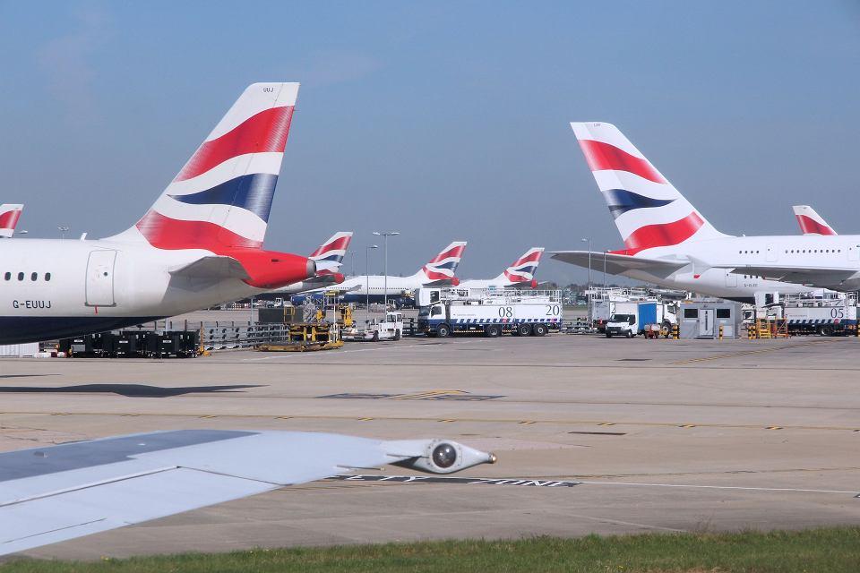 Jeśli Londyn wyjdzie z UE bez stosownego porozumienia, brytyjskie linie lotnicze mogą stracić licencje na loty w Unii, a tysiące samolotów - przymusowo pozostać na ziemi. Na zdjęciu: samoloty British Airways na londyńskim Heathrow.