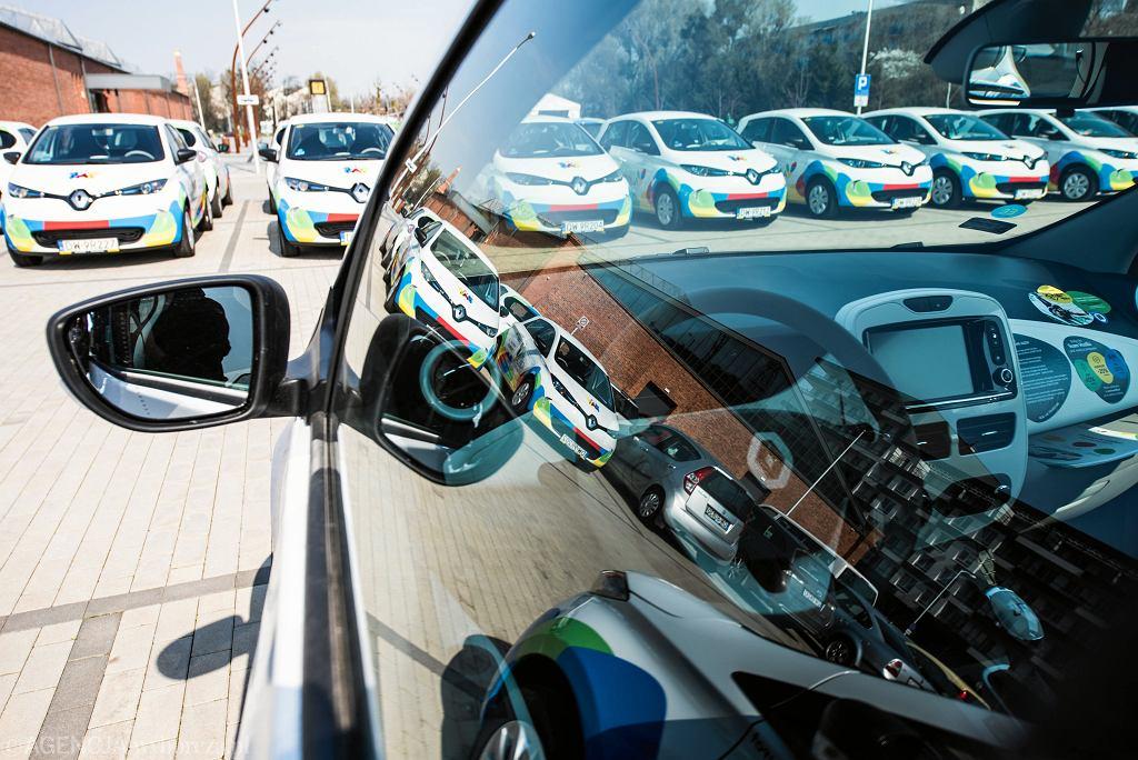 Zamożni amatorzy aut na prąd dostaną dotacje na zakup takich pojazdów - przewiduje ustawa zgłoszona przez posłów PiS, którą do piątku ma uchwalić Sejm. Na zdjęciu: elektryczne samochody - na wyposażeniu Miejskiej Wypożyczalni Samochodów Elektrycznych we Wrocławiu, 2 kwietnia 2019