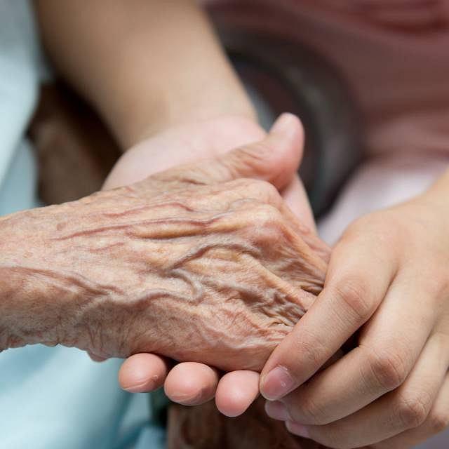 Cienka jak pergamin skóra, bóle stawów oraz problemy z przełykaniem to najbardziej charakterystyczne objawy twardziny układowej
