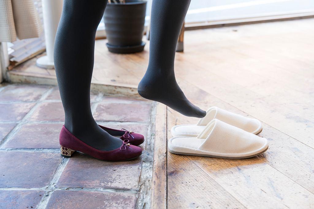 Przyszli do ciebie goście i nie zdjęli butów? Wyjaśniamy, jak należy się wtedy zachować (zdjęcie ilustracyjne)