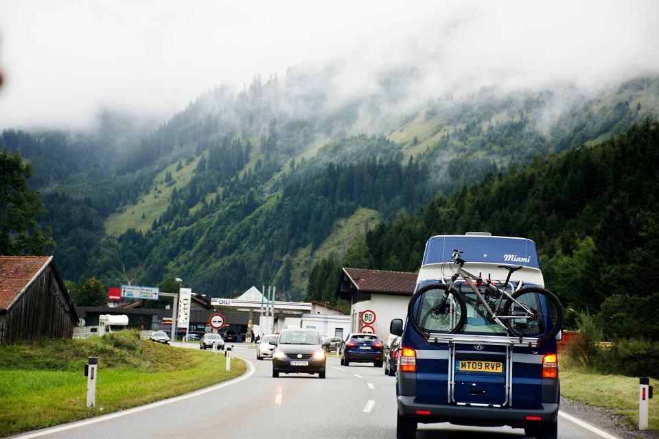 Droga w okolicy Bichlbach, Tyrol, Austria.