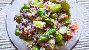 Zielone szparagi z komosą ryżowa