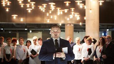 Obecny dyrektor Muzeum II Wojny Swiatowej Karol Nawrocki podczas uroczystości poświecenia muzeum. Gdańsk, 8 maja 2017