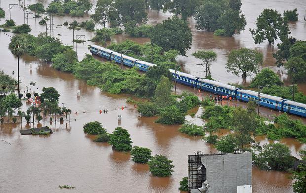 India. Ewakuacja pasażerów z pociągu w Badlapur na zachodzie kraju
