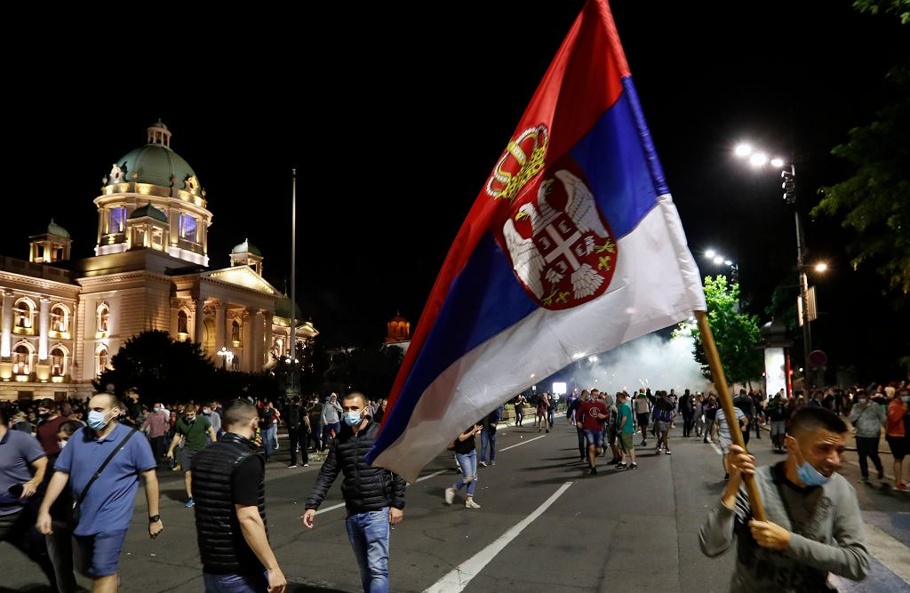 Protesty przed serbskim parlamentem
