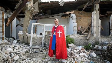 Krzysztof Kolibski przed swoim warsztatem. W pomoc dla kamieniarza z Wąwolnicy na Lubelszczyźnie zaangażowało się 376 osób.- Mnie jest strasznie głupio i płakać mi się chce przez to całe dobro, które na mnie teraz spada - mówi Krzysztof Kolibski