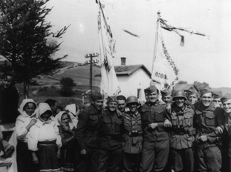 Słowaccy i niemieccy żołnierze w Komańczy we wrześniu 1939 roku