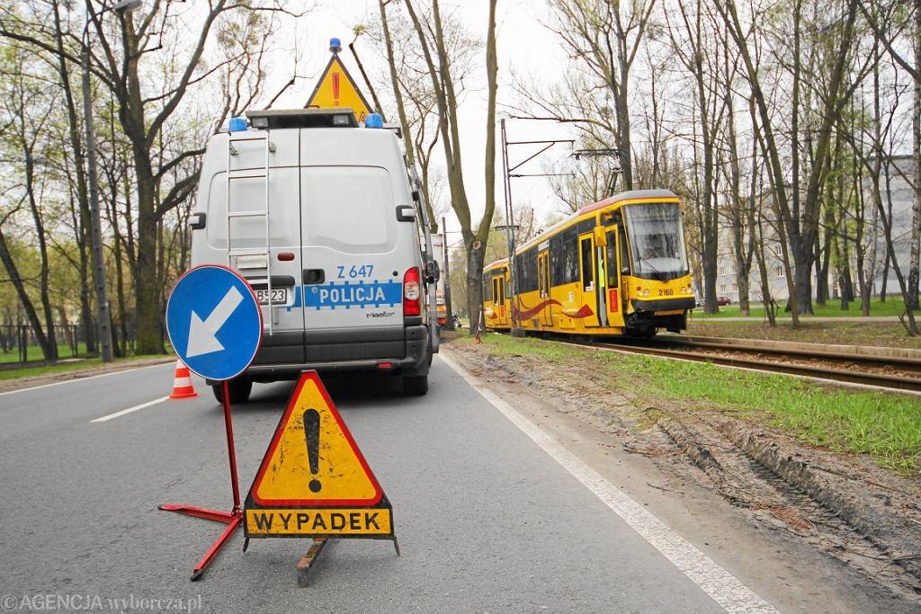 Warszawa. Służby ratunkowe podczas usuwania skutków zderzenia samochodu osobowego z tramwajem (fot. Dariusz Borowicz / Agencja Gazeta)