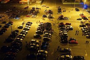 Policja wpadła na zlot miłośników tuningu pod marketem. Ponad 130 mandatów