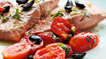 Łosoś pieczony z pomidorami i oliwą cytrynową
