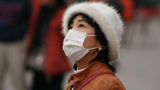 Czy maska ochroni nas przed koronawirusem? Eksperci wyjaśniają