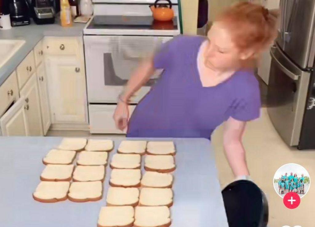 Mama dziesięciorga dzieci przygotowuje posiłki